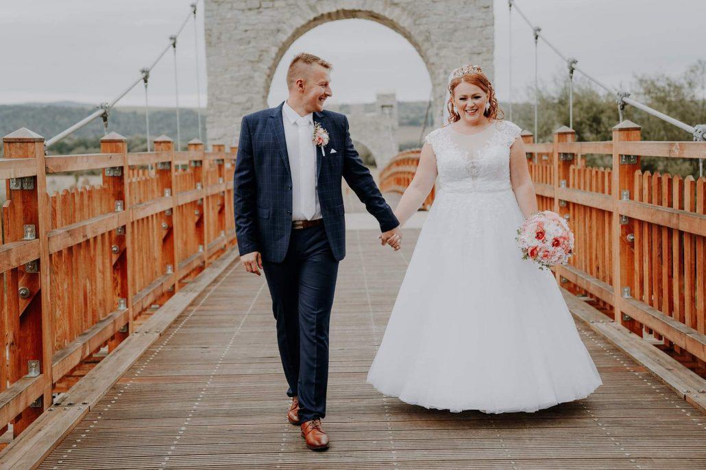 Exteriérová fotografia novomanželov na moste.