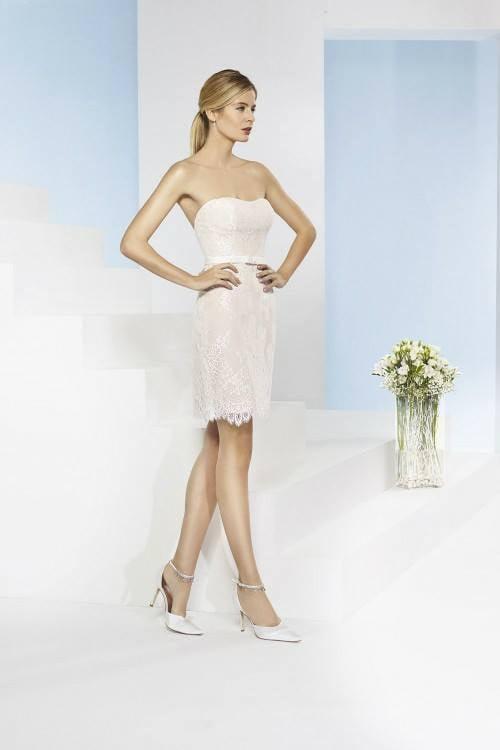 Netradičný model svadobných šiat, krátke po kolená, uchytené iba na prsiach.