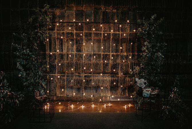 tmavá svadobná fotostena so svetlami