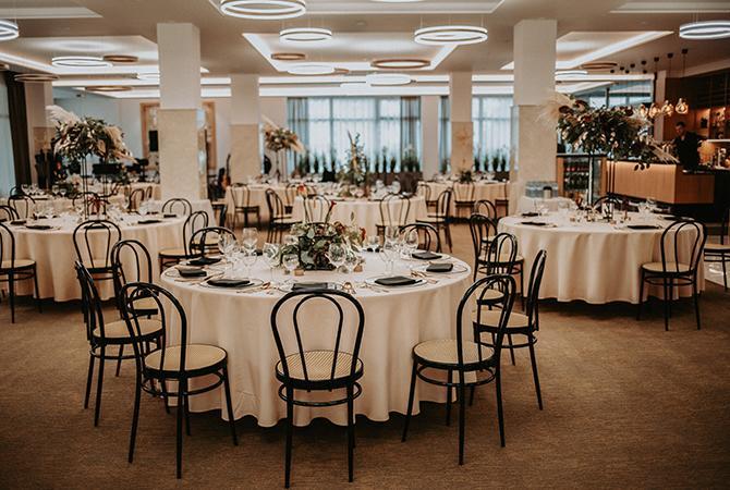 čierne detaily - svadobná výzdoba v hoteli, Svadobný príbeh