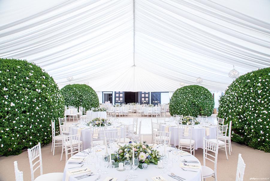 vysnívaná svadba v stane s okrúhli stolmi