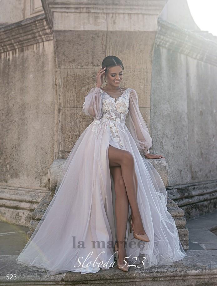 zdobené svadobné šaty v ružovej farbe