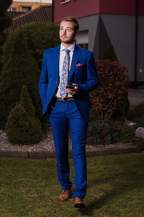 modrý svadobný oblek