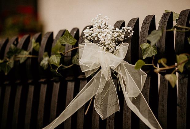 svadobná výzdoba domu - ozdobený plot