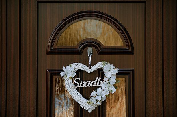 svadobná výzdoba domu - svadobný veniec s označením svadba