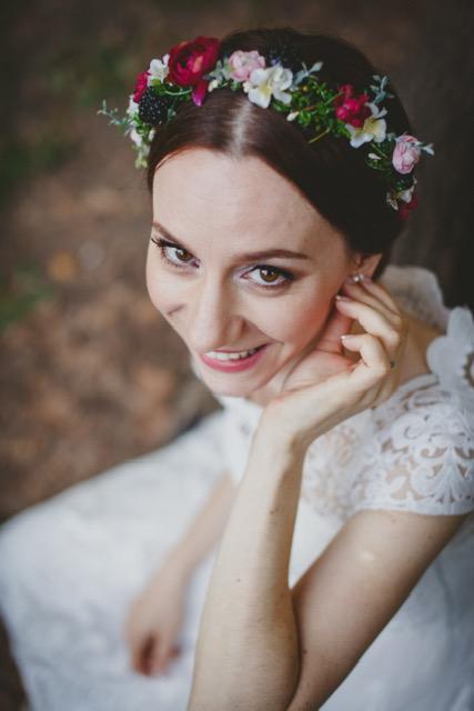 svadobný účes s kvetovou čelenkou